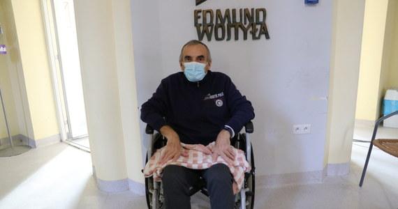 W Polsce przybywa z dnia na dzień ozdrowieńców, część z nich musi poddawać się jednak rehabilitacji. Najczęstszym problemem jest wydolność organizmu, bo po przebytym Covid-19 to płuca cierpią najbardziej. Czasami, by wrócić do normalnego funkcjonowania, wystarczą dwa miesiące, niekiedy pół roku. Pilotażową terapię dla osób, które wygrały z Covid-19 prowadzi szpital MSWiA w Głuchołazach. Ale na pomoc po Covid-19 mogą też liczyć pacjenci przybywający na rehabilitację pulmonologiczną w takich ośrodkach jak Małopolski Szpital Chorób Płuc i Rehabilitacji im. Edmunda Wojtyły w Jaroszowcu.