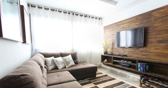Urządzanie mieszkania to trudny i czasochłonny proces, w którego trakcie trzeba dobrać pasujące do siebie elementy. Jedną z popularnych dekoracji jest fototapeta na ścianę, która podkreśli charakter danego pomieszczenia i doda mu uroku.