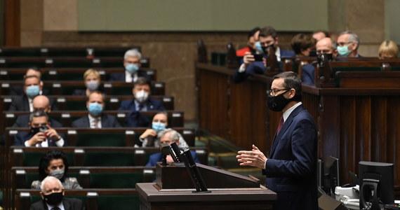 """""""Mówimy głośne 'tak' dla Unii Europejskiej, ale głośne 'nie' mechanizmom, które pozwalają na nierówne traktowanie Polski i innych krajów"""" - mówił w Sejmie premier. Mateusz Morawiecki zabrał głos przed jutrzejszym wideoszczytem unijnych przywódców. Szef rządu potwierdził, że Polska nie godzi się na powiązanie unijnych środków z praworządnością, przez co w konsekwencji jest gotowa zawetować unijny budżet."""