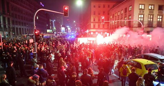 Kolejny protest w Warszawie przeciwko wyrokowi Trybunału Konstytucyjnego zaostrzającego prawo aborcyjnie. Demonstracja miała się odbyć przed Sejmem, ale ulica Wiejska została zablokowana przed policjantów i funkcjonariuszy Żandarmerii Wojskowej. Protestujący ruszyli więc na ulice stolicy. Na placu Powstańców Warszawy policja użyła gazu pieprzowego wobec strajkujących. Zatrzymano co najmniej kilka osób.