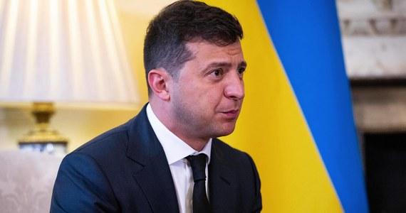Prezydent Ukrainy Wołodymyr Zełenski poinformował, że ponownie otrzymał pozytywny wynik testu na koronawirusa. Tym samym pozostanie na kwarantannie.