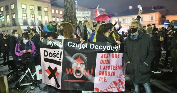 Co najmniej kilka osób zostało zatrzymanych podczas wczorajszego protestu Strajku Kobiet w Warszawie. Podczas marszu pojawiły się kontrowersje związane z użyciem gazu przez policjantów oraz działań funkcjonariuszy po cywilnemu, którzy używali teleskopowych pałek.