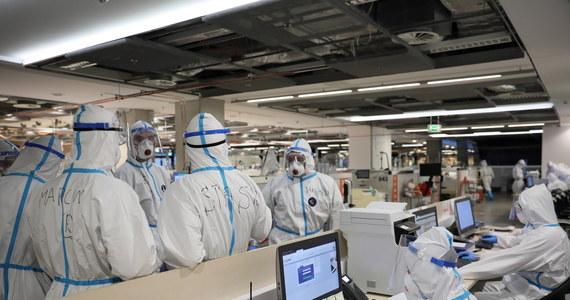 Ministerstwo Zdrowia informuje o 23 975 nowych przypadkach zakażenia koronawirusem. Ostatniej doby zmarło 637 chorych na Covid-19. To najwyższa dobowa liczba ofiar śmiertelnych od początku pandemii. Bilans epidemii koronawirusa w Polsce to 796 798 zakażonych. Nie żyje 12 088 spośród nich.