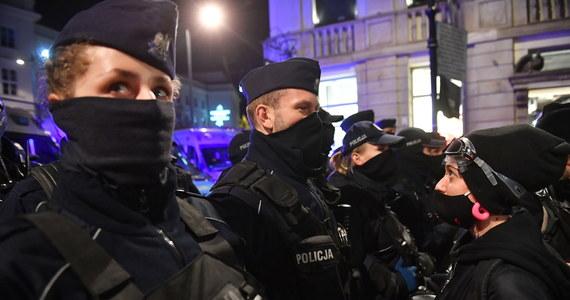 Około 3,5 tysiąca policjantów zabezpieczało wczorajszy protest Strajku Kobiet w Warszawie: oznaczać to może, że jeden funkcjonariusz przypadał na dwóch, maksymalnie trzech uczestników demonstracji - dowiedział się reporter RMF FM Krzysztof Zasada. Ustalił również, że w akcji brali udział policjanci Biura Operacji Antyterrorystycznych: to funkcjonariusze, którzy działali w tłumie protestujących po cywilnemu, używając pałek teleskopowych. Brutalność działań policji wzbudziła ogromne kontrowersje.