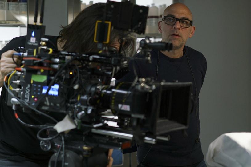 """Informacja o powstaniu kolejnego sezonu """"Dextera"""" przed kilkoma tygodniami zelektryzowała fanów tej produkcji. Nikt nie spodziewał się bowiem kontynuacji serialu zakończonego po ośmiu sezonach w 2013 roku. Tymczasem prace nad nową serią nabierają rozpędu i już jesienią 2021 roku stacja Showtime pokaże dziewiąty sezon """"Dextera"""". Sześć z dziesięciu jego odcinków wyreżyseruje Marcos Siega."""