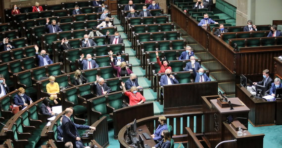 Posłowie w Sejmie przeszli do drugiego czytania PiS-owskiego projektu uchwały wspierającej działania rządu w negocjacjach budżetu UE bez odsyłania go do prac w komisji. Wcześniej w głosowaniu odrzucone zostały projekty KO, Lewicy i PSL-u. Opozycja komentuje, że projekt obozu władzy to skrajna kompromitacja.