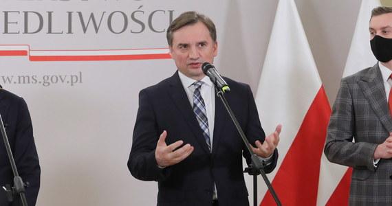 Ci, którzy głośno wołają, by bezkrytycznie zaakceptować powiązanie środków unijnych z przestrzeganiem zasad praworządności powinni przygotować projekty likwidacji Sejmu i Senatu. Po co nam parlament, skoro decyzje będą podejmowane w Brukseli - powiedział szef Ministerstwa Sprawiedliwości Zbigniew Ziobro. Podkreślił także, że KE powinna sama przestrzegać praworządności.