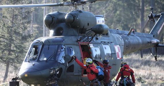 Ratownicy TOPR przetransportowali na pokładzie wojskowego śmigłowca do szpitala w Zakopanem kobietę, która miała wypadek podczas wspinaczki na Zamarłą Turnię. Akcja ratownicza była skomplikowana z uwagi na trudny teren, trwała kilka godzin.