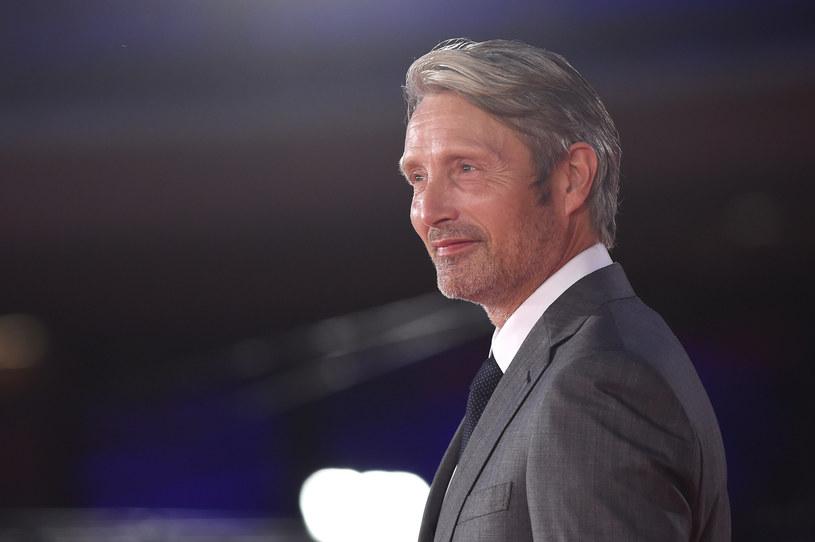 """""""Nie mam do niego telefonu"""" - wyznał szczerze Mads Mikkelsen, pytany o to, czy konsultował się z Johnnym Deppem, którego zastąpi w roli Gellerta Grindelwalda w trzeciej części filmu """"Fantastyczne zwierzęta"""". Aktor wcześniej zapowiedział, że choć zamierza stworzyć własną interpretację tej postaci, to będzie też szukał sposobu na połączenie swojej wizji Grindelwalda z tym, jak tę postać kreował wcześniej Depp."""