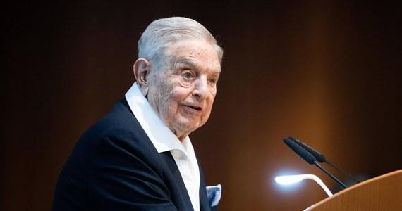 Unia Europejska musi przeciwstawić się Polsce i Węgrom - oświadczył amerykański finansista węgierskiego pochodzenia George Soros na łamach portalu Project Syndicate, oceniając, że zawetowanie unijnego budżetu zagraża praworządności i przyszłości Wspólnoty.