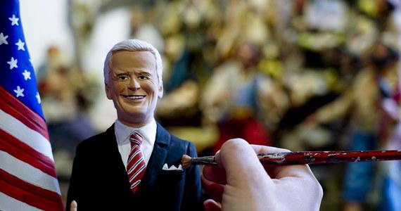 Joe Biden zadebiutował w neapolitańskiej szopce. W pracowni znanego szopkarza pojawiła się figurka prezydenta elekta z terakoty. Ustawiono ją obok pasterzy w żłóbku. W roku pandemii większość statuetek ma maseczki.