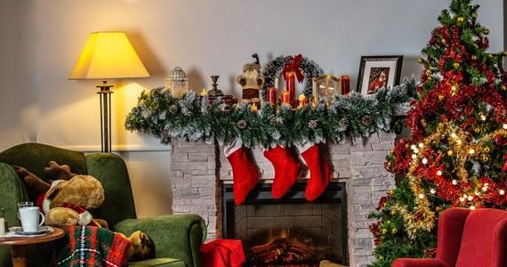 """Święty Mikołaj nie będzie rozprzestrzeniał Covid-19, odwiedzając domy dzieci w święta Bożego Narodzenia, bo ma wrodzoną odporność na koronawirusa - stwierdził w opublikowanej w piątek rozmowie z """"USA Today"""" dyrektor amerykańskiego Krajowego Instytutu ds. Alergii i Chorób Zakaźnych dr Anthony Fauci."""