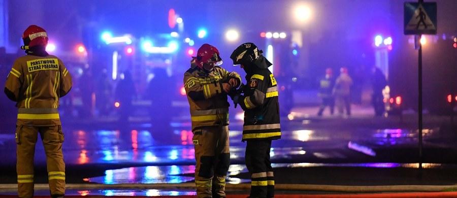 Dwie osoby zostały poszkodowane w nocnym pożarze w Czeladzi w województwie śląskim. Spaliło się poddasze kamienicy przy ulicy Nowopogońskiej. Strażacy zakończyli akcję gaśniczą.