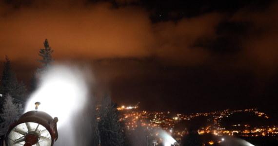 Pierwsze stacje narciarskie na Podhalu rozpoczęły sztuczne śnieżenie stoków. Armatki śnieżne ruszyły m.in. na Gubałówce w Zakopanem oraz w Białce Tatrzańskiej. Właściciele stacji narciarskich chcieliby, żeby wyciągi ruszyły 6 grudnia. Rząd rozpoczęcie sezonu narciarskiego uzależnia od stanu epidemicznego w kraju.