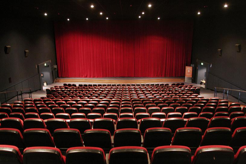 """""""Od piątku 12 lutego otwarte zostaną kina i teatry. Dostępnych będzie 50 proc. miejsc. To decyzja rządu w sprawie luzowania obostrzeń, wprowadzonych w związku epidemią koronawirusa. To strategia krok po kroku"""" – powiedział na konferencji prasowej premier Mateusz Morawiecki."""