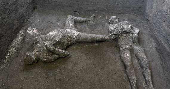 W Pompejach znaleziono skamieniałe szczątki dwóch ofiar wybuchu Wezuwiusza. Są na tyle dobrze zachowane, że można było ustalić, iż chodzi o 40-letniego mężczyznę w ciepłym płaszczu i jego młodego niewolnika w tunice.