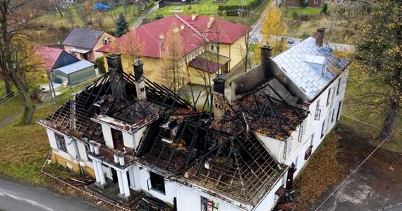 Około pięciu godzin trwało gaszenie pożaru zabytkowego dworku w Kobylanach koło Krosna na Podkarpaciu. Nikt nie ucierpiał, wewnątrz opuszczonego dworku nikogo nie było - powiedział w sobotę PAP rzecznik podkarpackich strażaków bryg. Marcin Betleja.
