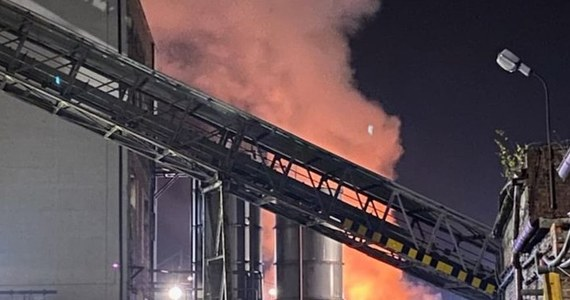 Kilkanaście zastępów straży pożarnej skierowano do walki z pożarem składowiska makulatury przy ul. Katowickiej w Tychach. Informację o pożarze i zdjęcie z miejsca zdarzenia dostaliśmy na Gorącą Linię RMF FM.
