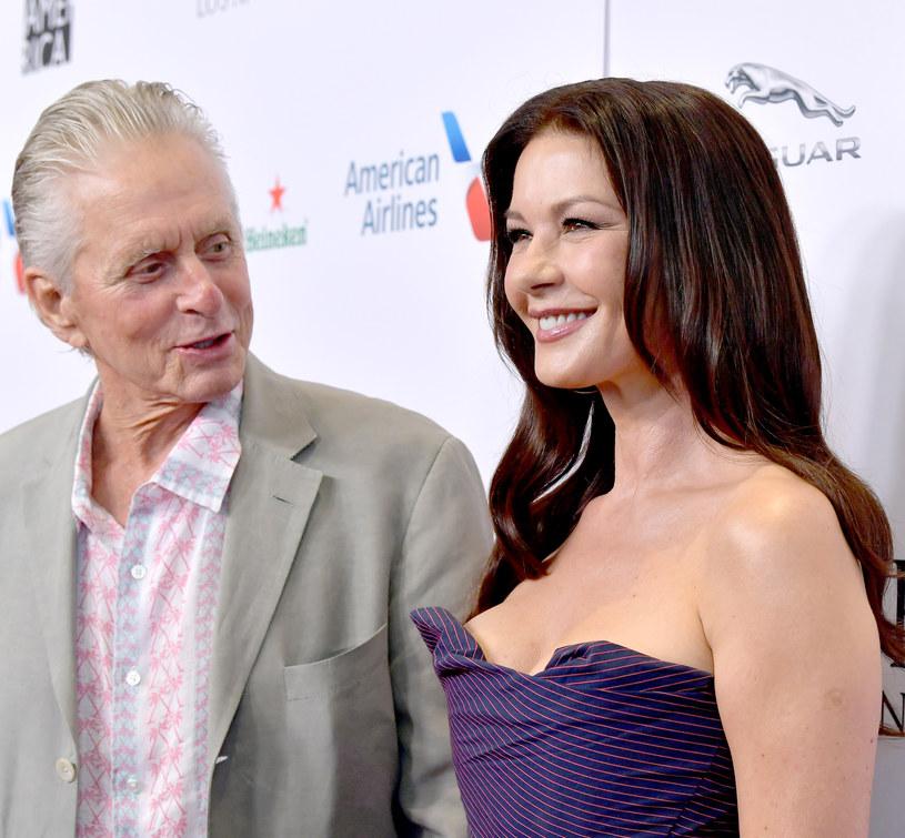 Jedna z najsłynniejszych par w Hollywood - Catherine Zeta-Jones i Michael Douglas, świętowała niedawno 20. rocznicę małżeństwa. Z tej okazji Douglas postanowił zdradzić swoim fanom na Instagramie, w jakich okolicznościach poznał swoją drugą połówkę. Przyznał, że był moment, gdy w swoich zalotach mógł nieco przeszarżować. Już pierwszego dnia po poznaniu Zety-Jones powiedział, że będzie ojcem jej dzieci.