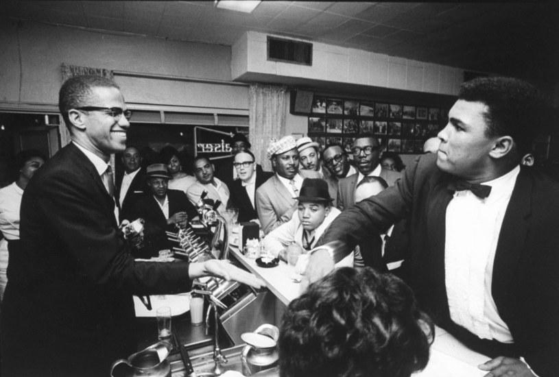 """Film Reginy King """"One Night in Miami"""" nie będzie jedyną w najbliższym czasie produkcją o legendarnym bokserze Muhammadzie Alim i nie mniej legendarnym działaczu społecznym Malcolmie X. Jak się okazuje, wytwórnia A+E Studios pracuje właśnie nad ośmioodcinkowym serialem o roboczym tytule """"Blood Brothers"""", który opowie o ich przyjaźni."""