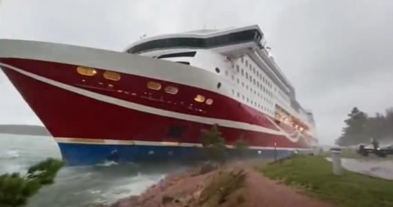 Prom Viking Grace osiadł na mieliźnie w sobotę po południu. Na jego pokładzie było kilkuset pasażerów, którzy musieli na promie spędzić noc. Wokół szalał sztorm i ich ewakuacja byłaby niebezpieczna. Dziś w końcu mogli zejść na ląd.