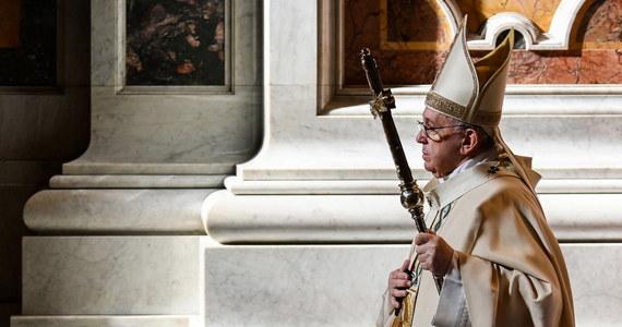 """""""Nie jesteśmy stworzeni po to, by marzyć o wakacjach czy weekendach"""" - mówił papież Franciszek w czasie mszy w uroczystość Chrystusa Króla. """"Bóg nie chce, abyśmy stali zaparkowani na uboczu życia, ale byśmy zmierzali ku wzniosłym celom, z radością i odwagą"""" - przekonywał."""