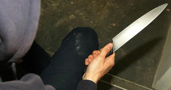 Motocyklista został zaatakowany nożem w lesie w Andrychowie. Policja ustala szczegóły zdarzenia.