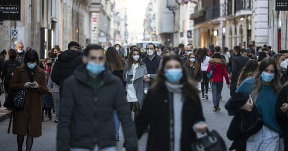 562 osoby zmarły ostatniej doby we Włoszech na Covid-19, zarejestrowano 28 337 nowych przypadków koronawirusa, o 6 tys. mniej niż dzień wcześniej - ogłosiło w niedzielę Ministerstwo Zdrowia. Dane te uzyskano na podstawie 188 tys. testów. Pozytywny wynik był w 15 proc. testów.