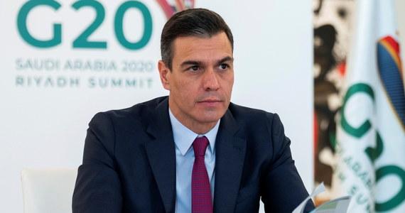Premier Hiszpanii Pedro Sanchez ogłosił w niedzielę, że spadła dobowa liczba zakażeń koronawirusem dzięki restrykcjom wprowadzonym w ramach stanu zagrożenia epidemicznego. Zapowiedział, że rząd przygotowuje 13 tys. punktów do wykonywania szczepień na Covid-19.