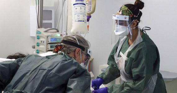 W Wielkiej Brytanii w ciągu ostatniej doby wykryto 18 662 nowe zakażenia koronawirusem i zarejestrowano 398 kolejnych zgonów z powodu Covid-19 - poinformował w niedzielę po południu brytyjski rząd.