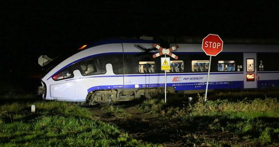 Dwie osoby podróżujące motocyklem zostały śmiertelnie potrącone przez pociąg w wielkopolskiej miejscowości Garki - poinformował w niedzielę PAP kpt. Marcin Rosik z ostrowskiej straży pożarnej.
