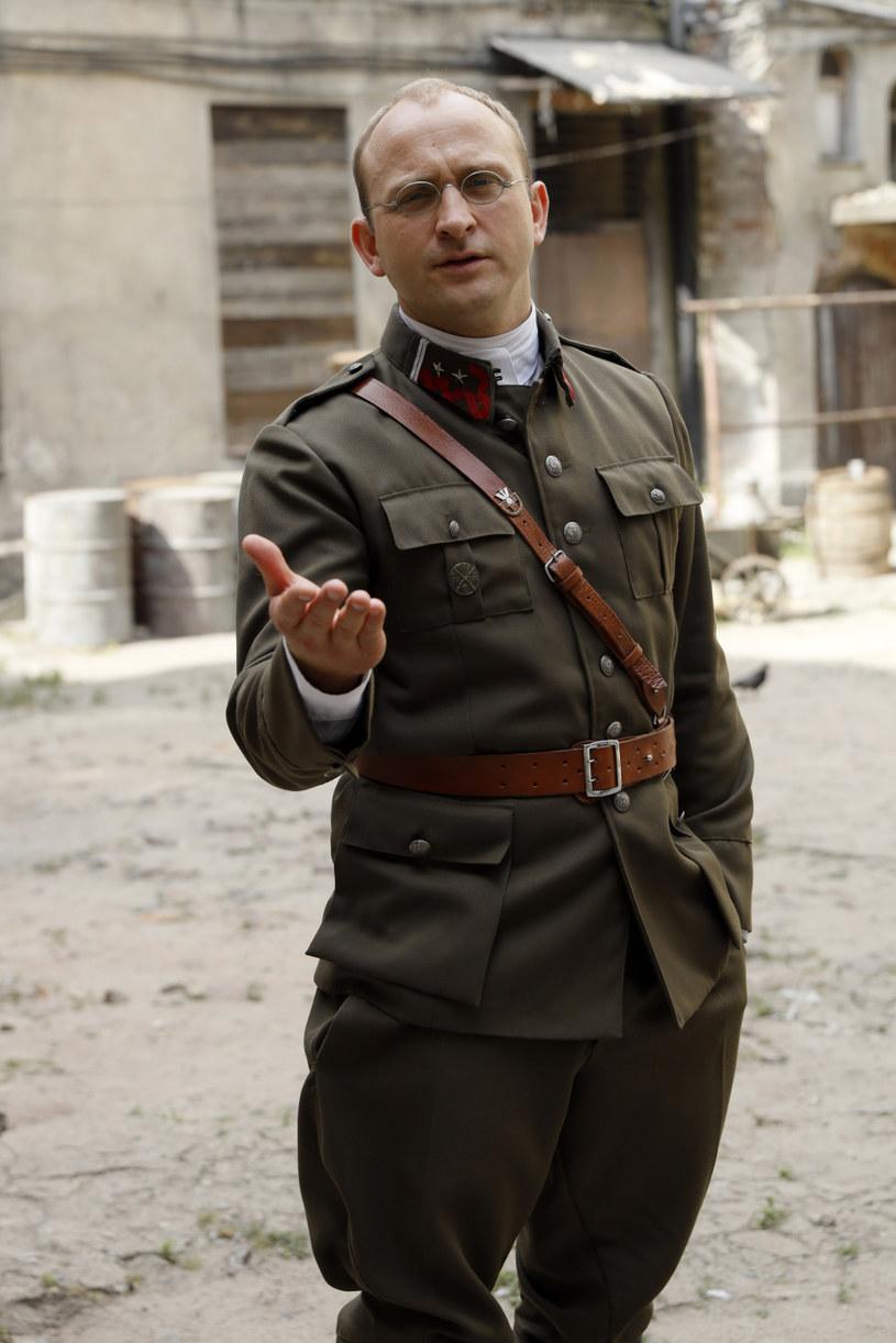 """Borys Szyc to znakomity aktor, który ma na swym koncie role w takich filmach, jak """"Wojna polsko-ruska"""", """"Vinci"""", """"Testosteron"""", """"Symetria"""", """"Pokot"""", """"Piłsudski"""" czy """"Kamerdyner"""". Teraz aktora możemy oglądać w najnowszej produkcji Canal+ - serialu """"Król"""". Szyca dopadła w tym roku prawdziwa """"klęska urodzaju"""" - pracuje na kilku planach jednocześnie. """"Staję na głowie, by to jakoś łączyć"""" - mówi."""