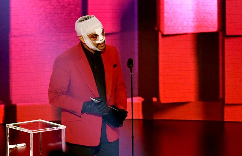 Taylor Swift i The Weeknd to najwięksi wygrani pandemicznej gali American Music Awards. Wokalista zaskoczył pojawieniem się na telewizyjnej gali z zabandażowaną głową. Spore emocje wzbudził również występ Jennifer Lopez i Malumy.