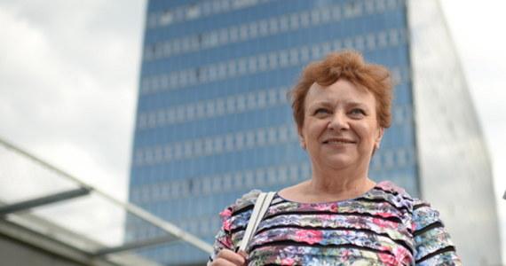 """""""Od lat jesteśmy wkurzeni na historię naszego zawodu, która się toczy. Nic się nie dzieje, żeby pozyskać nową kadrę pielęgniarską. A to, co wywalczyliśmy, próbuje nam się odebrać"""" – mówiła Longina Kaczmarska w Popołudniowej rozmowie w RMF FM, pytana o powody zapowiadanego przez pielęgniarki strajku. Wiceprzewodnicząca Ogólnopolskiego Związku Pielęgniarek i Położnych pytana o jego szczegóły, odpowiedziała, że to """"słodka tajemnica"""". Zapowiedziała, że brane są pod uwagę różne formy protestu, nawet odejście od łóżek pacjentów: """"Nikt się nad pielęgniarkami nie lituje. Dość lekceważenia pracowników ochrony zdrowia""""."""