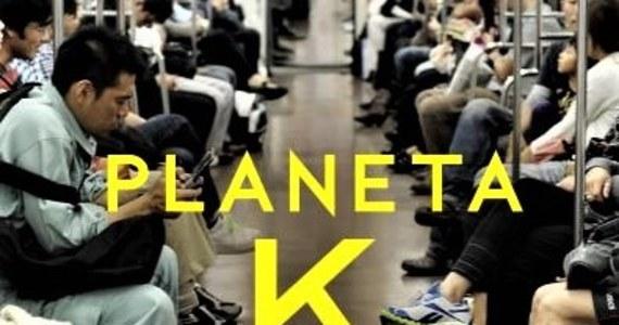 """""""Japońskie firmy są od jakiegoś czasu zmuszone do tego, by poddać się globalizacji, mieć na nią odpowiedź. One otwierają się na świat, otwierają się również na obcokrajowców"""" - taką diagnozę stanu i modelu gospodarki w Kraju Kwitnącej Wiśni postawił w rozmowie ze mną Piotr Milewski autor książki """"Planeta K. Pięć lat w japońskiej korporacji""""."""