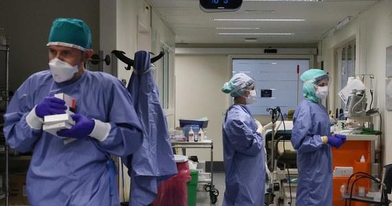 Koronawirus. W Polsce w poniedziałek wykryto 15 002 nowych zakażeń koronawirusem i 156 zgonach. Od początku epidemii w naszym kraju potwierdzono zakażenie u 876 333 osób. 13 774 chorych zmarło. Zastępca szefa GIS poinformował o ogromnych błędach w raportowaniu liczby zakażeń SARS-Cov2. Wielka Brytania może stać się pierwszym państwem na świecie, które zarejestruje szczepionkę Pfizera BioNTech. AstraZeneca, jako trzecia firma poinformowała, że posiada skuteczną szczepionkę na koronawirusa.