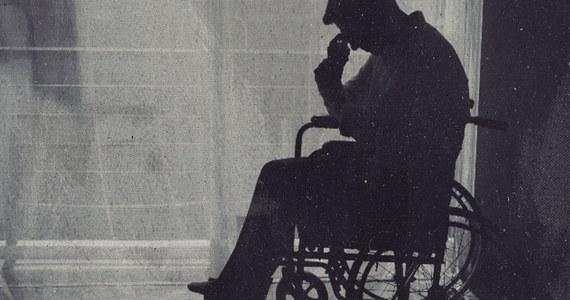 """Szacuje się, że w Polsce żyje ok. 3,5-4 mln osób z niepełnosprawnościami. """"W wymiarze praktycznym niepełnosprawność zazwyczaj traktowana jest w Polsce jak wyrok"""" - czytamy w jednym z rozdziałów najnowszego Raportu o Biedzie, publikacji opracowywanej co roku przez Szlachetną Paczkę. Premiera raportu odbędzie się 24 listopada na stronie https://www.szlachetnapaczka.pl/raport-o-biedzie/."""