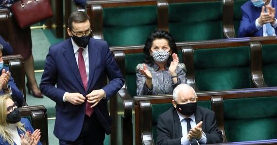 """Zjednoczona Prawica wciąż cieszy się największym poparciem, jednak różnica między rządzącym sojuszem a Koalicją Obywatelską jest niewielka - wynika z sondażu Kantar dla """"Faktów"""" TVN i TVN24. Na trzecim miejscu znalazł się ruch Szymona Hołowni Polska 2050."""