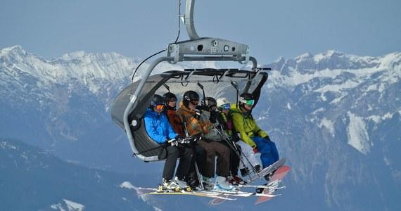 """Premier Włoch Giuseppe Conte wykluczył możliwość wyrażenia zgody na świąteczne wakacje na nartach. """"Nie możemy sobie na to pozwolić"""" - powiedział w poniedziałek w telewizji. Dodał, że rząd nie może zdecydować, ile osób powinno usiąść przy świątecznym stole."""