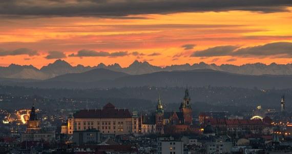 """""""Dzisiejsza petarda! Kolejna genialna widoczność na Tatry z Krakowa i chyba moje najlepsze ujęcie ever w tej tematyce"""" - pisze na swoim profilu w mediach społecznościowych Jan Ulicki, fotograf z Krakowa. Jego zdjęcie podbiło media społecznościowe."""
