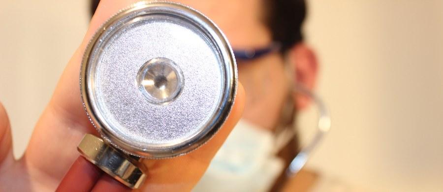 Ani jeden nowy szpital w Polsce w czasie epidemii koronawirusa nie uruchomił Kompleksowej Opieki Pozawałowej. To informacje, które nasz reporter uzyskał w Polskim Towarzystwie Kardiologicznym. W całej Polsce z pakietu pozawałowego pacjenci korzystają w siedemdziesięciu sześciu lecznicach. Drugie tyle od miesięcy wciąż czeka na jego wdrożenie.