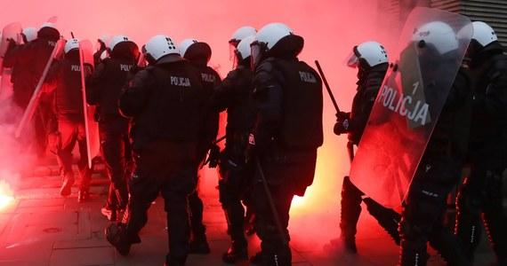 """Przedłuża się policyjne postępowanie kontrolne w sprawie działań policji na dworcu Warszawa Stadion podczas Marszu Niepodległości, bo kontrolerzy mają problem z ustaleniem tożsamości funkcjonariuszy biorących udział w tych zajściach. Kontrolę wszczęto, po opublikowaniu w sieci filmów, na których widać policyjną """"ścieżkę zdrowia"""" - ustawiony na schodach oddział bił pałkami każdego, kto przechodził obok."""