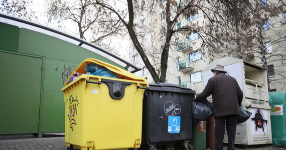 Rada Warszawy będzie musiała jeszcze raz zająć się uchwałą śmieciową. To efekt ostatniej decyzji Regionalnej Izby Obrachunkowej, która zakwestionowała część nowych przepisów, uzależniających wysokość opłaty za wywóz opadów od zużycia wody.