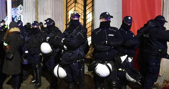 """Co trzeci Polak nie ufa policji – wynika z sondażu przeprowadzonego w dniach 20-21 listopada 2020 roku przez IBRIS na zlecenie Interii. W porównaniu do badania z 2017 roku nastąpił spadek zaufania do policji. """"Ten sondaż jest pewnym wycinkiem ostatnich wydarzeń związanych ze strajkiem kobiet i działań policji podczas 11 listopada, a także pewnego niepokoju społecznego związanego z pandemią"""" - komentuje w rozmowie z Interią Maciej Karczyński, były rzecznik prasowy stołecznej policji i ABW."""