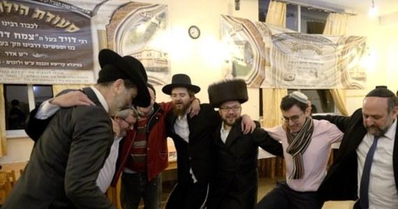 Synagoga Yetev Lev w nowojorskim Williamsburgu została ukarana grzywną w wysokości 15 tys. dolarów. To kara za zorganizowanie w czasie pandemii Covid-19 ślubu z udziałem tysięcy ludzi.