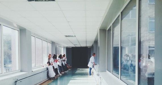 W tym roku studia pielęgniarskie ukończyło 5100 absolwentek i absolwentów. Tylko 1100 z nich zostało zatrudnionych w szpitalach - to dane pielęgniarskich związków zawodowych. Tymczasem rąk do pracy przy łóżkach pacjentów - zwłaszcza w czasach epidemii - dramatycznie brakuje. Pielęgniarki zapowiadają strajk generalny, jeśli ich warunki pracy nie poprawią się, a płace nie wzrosną.