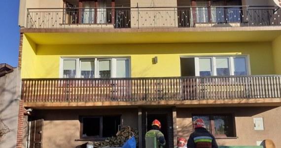 Tragiczny pożar domu w Rudniku koło Myślenic w Małopolsce. Nie żyje dwóch, niepełnosprawnych mężczyzn. Strażacy, by ugasić pożar, musieli siłą sforsować drzwi. Na miejscu pracują prokurator i grupa dochodzeniowo-śledcza.