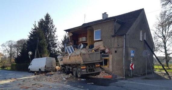 Do groźnego wypadku doszło w Piławie Dolnej na Dolnym Śląsku. Ciężarówka uderzyła w budynek, który częściowo się zawalił. Wewnątrz byli ludzie.