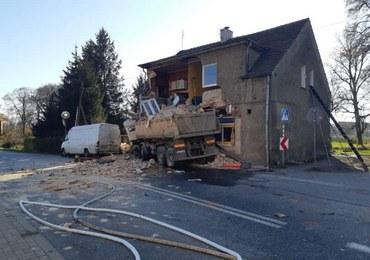 Ciężarówka uderzyła w budynek w Piławie Dolnej. Wewnątrz byli ludzie