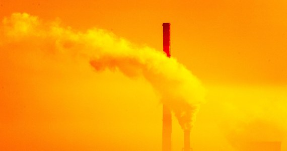 """Kolejne badania naukowe zwracają uwagę na rolę smogu w pandemii SARS-Cov2. Przed miesiącem naukowcy z Uniwersytetu Jana Gutenberga w Moguncji pokazali, że oddychanie zanieczyszczonym powietrzem zwiększa ryzyko śmierci z powodu Covid-19. Teraz naukowcy z Uniwersytetu w Genewie i ETH w Zürichu pokazują, że pył zawieszony w powietrzu może sprzyjać transmisji koronawirusa. Praca opublikowana w czasopismie """"Earth Systems and Environment"""" sugeruje, że smog mógł mieć wpływ na początkowy przebieg epidemii w Europie."""